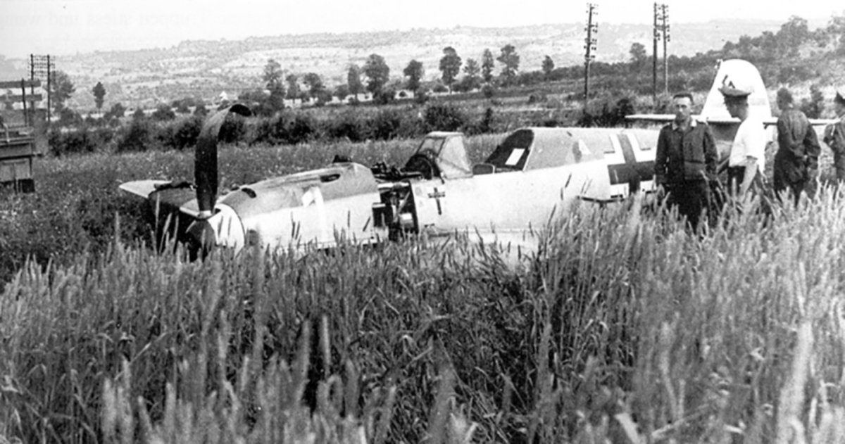 Messerschmitt-Bf-109E4-1_JG1-White-1-Wilhelm-Balthasar-belly-landed-1940-01.jpg