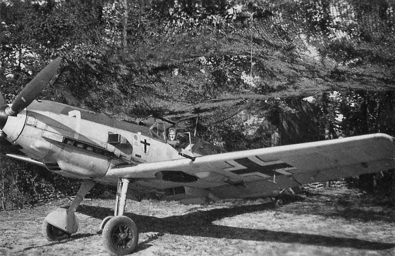 Messerschmitt-Bf-109E4-1_JG1-White-1-Wilhelm-Balthasar-belly-landed-1940-03.jpg